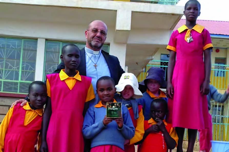 Don Alfonso insieme ai ragazzi delle scuole nei paesi  poveri