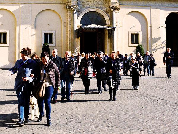 persone del MAC che camminano in coppia tenendosi per mano
