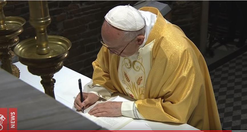 Papa Francesco firma a Loreto