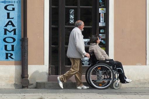 persona che cura una persona disabile motoria