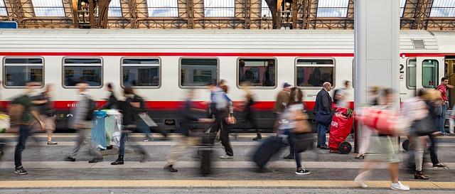 persone in movimento in stazione