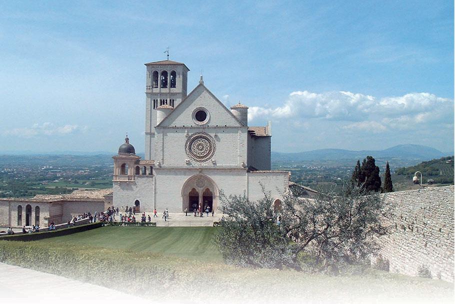 Veduta di Assisi e della Basilica di San Francesco in foto