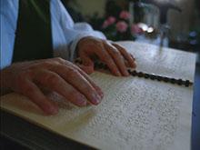 in foto mani che leggono il braille