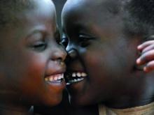 in foto bimbi sorridenti che si abbracciano