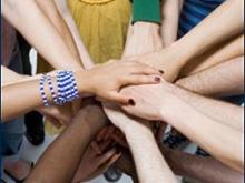 immagine di mani di persone di varie culture che si uniscono