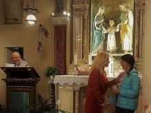 Giovane ragazza riceve il premio del MAC in Chiesa a Brescia