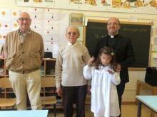 Giovane alunna riceve il premio del MAC a Perugia da Don Alfonso Giorgio