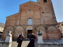 in foto due frati cappuccini si avviano verso il convento