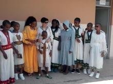 Violetta De Filippo del MAC con ragazzi e una suora del Centro