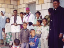 Sacerdoti e suore con la popolazione di Adigrat
