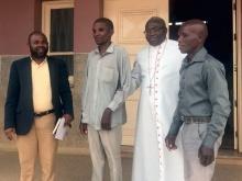 vescovo straniero con catechisti non vedenti