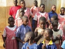 bambini con grembiuli colorati