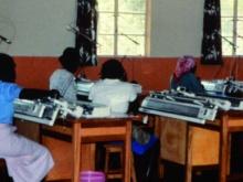 ragazze impegnate con macchine per maglieria nei centri sostenuti dal MAC