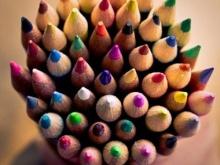 Matite colorate raggruppate insieme